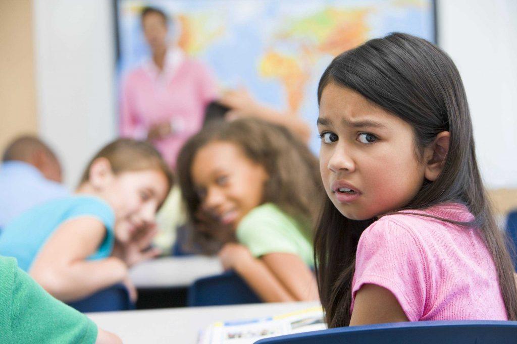 Crianças fazem bullying a menina.