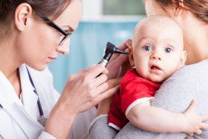 Criança com otite na Ser e Crescer - Serviços Clínicos.