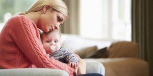 Mãe revela depressão pós-parto ao lado da sua criança bebé.