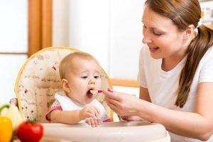 Com que idade o bebé pode comer alimentos?