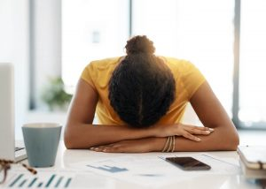 Mulher com síndrome de Burnout.